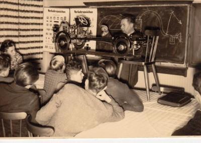 Fahrlehrer Alfred Hagemeier beim theoretischen Unterricht 1947