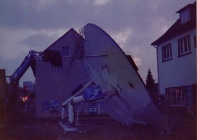 Hat nach fast 50 Jahren ausgedient. Das alte Tankstellendach im Herbst 84
