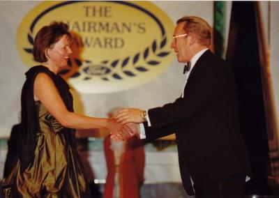 Höhepunkt der Chairmans Award-Verleihung 1989 im Festsaal der Wiener Hofburg. L.Lindsay Halstedt, Chairman von Ford of Europe beglückwünscht Bärbel Quakernack.