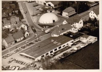 Luftbild aus den 70er Jahren mi tGebrauchtwagenkuppel