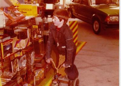Oliver Quakernack mit damaligem Dienstfahrzeug