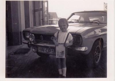 Oliver Quakernack vor Papas Vorführwagen 1972