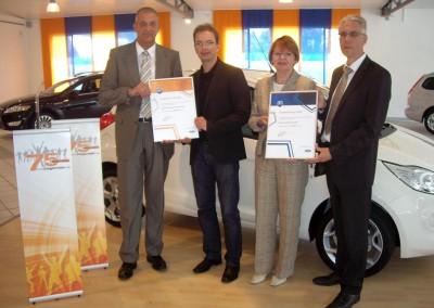 Oliver und Bärbel Quakernack (Bildmitte) nehmen die A1 Auszeichnung entgegen
