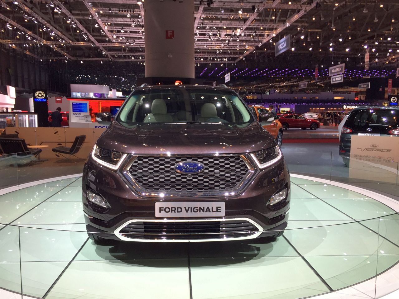 Ford Edge Vignale in Ametista Scura, einem starken Braun-Metallic